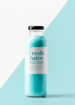 Вид спереди прозрачной бутылки сока с крышкой