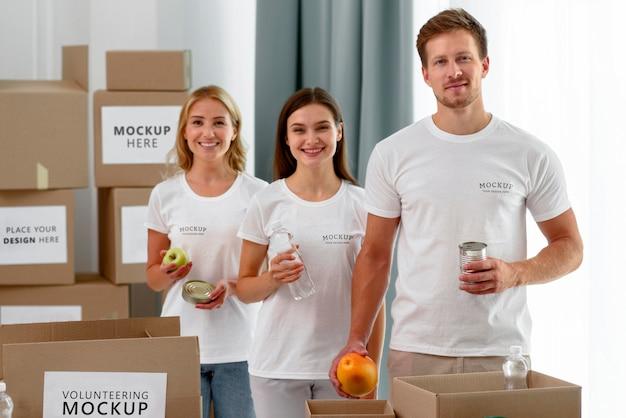 Вид спереди добровольцев с провизией для пожертвований