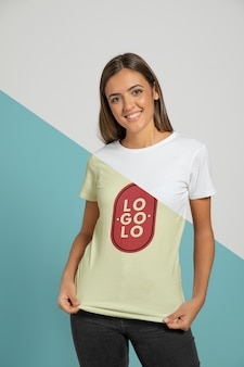 T- 셔츠를 입고 여자의 전면 모습