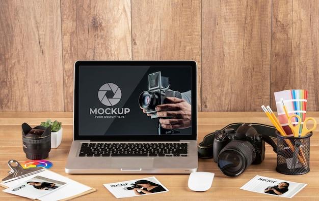 Vista frontale dell'area di lavoro in legno del fotografo con laptop