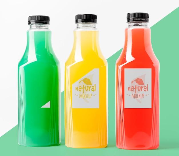 Vista frontale della selezione di bottiglie di succo di vetro