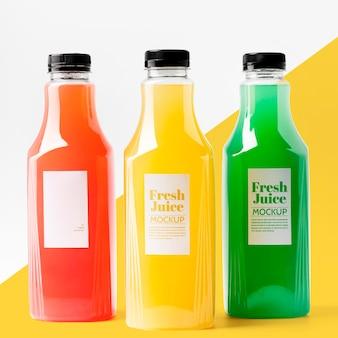 Vista frontale della selezione di bottiglie di succo