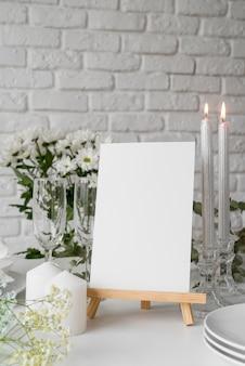 Vista frontale della disposizione dei tavoli con mock-up del menu primaverile