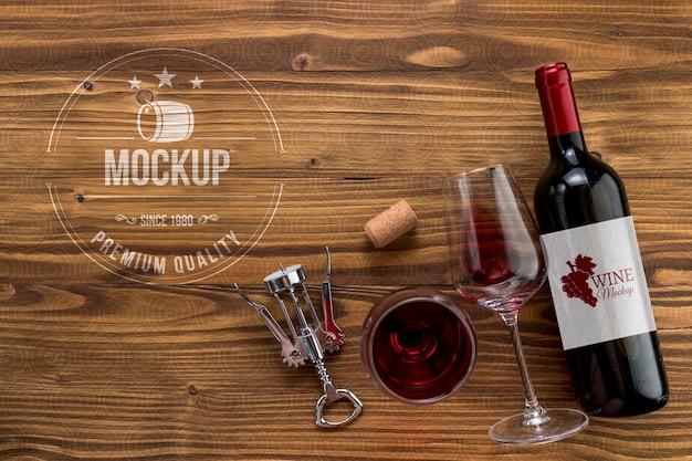 Бутылка вина и бокалы, вид спереди с копией пространства