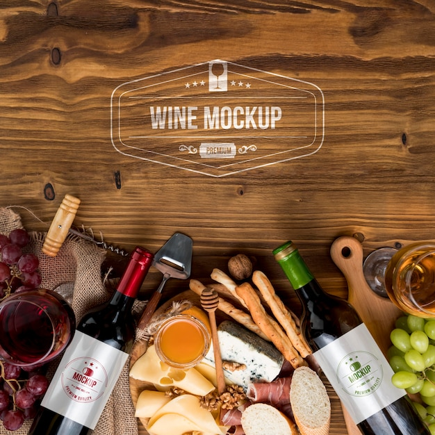 Винные бутылки и доска для колбас, вид спереди с копией пространства