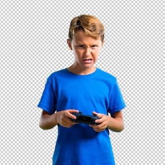 Разочарованный ребенок играет на консоли