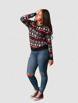 잊혀진 크리스마스 유니폼을 입고 몸 전체 젊은 여자, 뭔가 실현