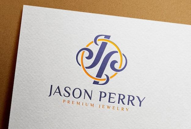 Полноцветный макет с тисненым логотипом, напечатанный на белой бумажной карточке