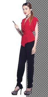 전체 길이 20대 아시아 비즈니스 우먼 검은 머리는 공식적인 빨간 드레스 바지를 입고 카메라를 보고 고립되어 있습니다. 변호사 교사 여성 문서를 들고 하이힐 신발, 스튜디오 흰색 배경에 서