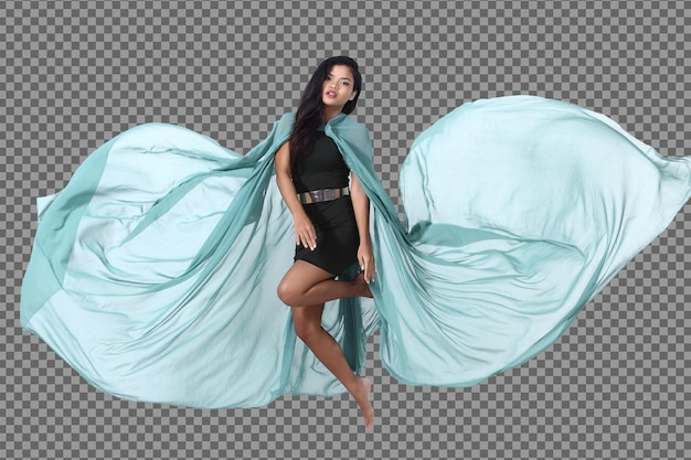 전체 길이 20대 젊은 아시아 여성 검은 머리 스커트 드레스 실행 및 점프 액션 포즈. 검게 그을린 피부 슬림 소녀는 공기에 녹색 천을 던지고 격리 된 흰색 배경 위에 펄럭이는 동작 흐림 효과