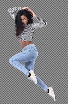 전체 길이의 20대 젊은 아시아 여성은 셔츠 긴팔 진 바지를 입고 액션 포즈로 달리고 점프합니다. 검게 그을린 피부 슬림 소녀는 공기에서 에너지 재미를 느끼고 격리 된 흰색 배경 위에 동작 흐림 효과