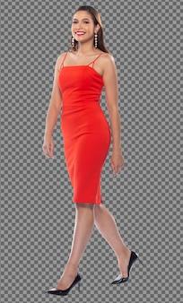 Полная длина 20-х годов молодая кавказская женщина в красном платье и черных туфлях на высоких каблуках улыбается изолированно, западная девушка уверенно идет с счастливой улыбкой, сильной на белом фоне