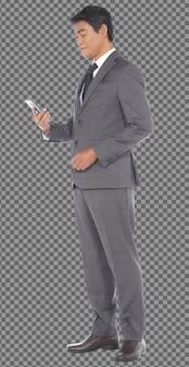 フルレングスのボディ50年代60年代のビジネスマンは灰色のフォーマルなスーツを着て、スタンドはスマートフォンを使用し、隔離されています。日焼けした肌シニア高齢インド人男性がデジタルスマートフォンソーシャルメディア、白い背景を適用します