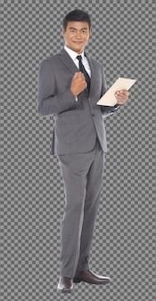 フルレングスのボディ50年代60年代のビジネスマンは灰色のフォーマルなスーツを着て、スタンドはスマートタブレットを使用し、隔離されています。日焼けした肌シニア高齢インド人男性は、デジタルタブレット、成功の兆候、白い背景を適用します