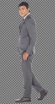 フルレングスのボディ50代60代ビジネスマンは灰色のフォーマルなスーツを着て、孤立した左正面を歩きます。日焼けした肌シニア高齢者インド人男性ウォーキングカメラ、白い背景を見てください