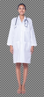 실험실 가운을 입은 20대 아시아 의사 여성의 전신은 검은 머리 청진기 미소를 짓고, 검게 그을린 피부 간호사가 서서 의료 병원, 스튜디오 조명 흰색 배경을 걷습니다.