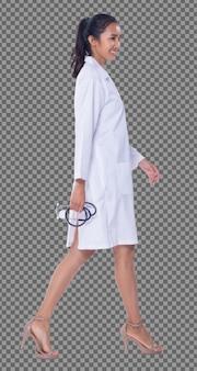 실험실 가운을 입은 20대 아시아 의사 여성의 전신은 검은 머리 청진기 미소를 짓고, 검게 그을린 피부 간호사가 서서 의료 병원, 스튜디오 조명 흰색 배경을 걷습니다. 프리미엄 PSD 파일