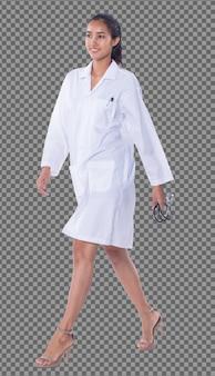 실험실 가운을 입은 20대 아시아 의사 여성의 전신은 검은색 머리 청진기 미소를 짓고, 검게 그을린 피부 간호사가 의료 병원에서 왼쪽으로 똑바로 걷고 스튜디오 조명 흰색 배경