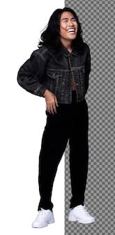 20代のフルレングスのボディアジアの日焼けした肌の男性はスニーカーの上に青いシャツの黒いズボンを着て、孤立した、インドのスキニースリムなティーンエイジャーの男の子のスタンド笑顔幸せな笑いを感じて、スタジオの白い背景を分離