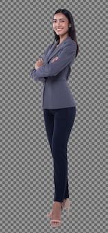Фигурка в полный рост, азиатская бизнес-леди 20-х годов, умная в серых брюках пиджака, изолирована. стенд для загорелой кожи девушки с длинными прямыми черными волосами стоит скрестив руки на белом фоне студия