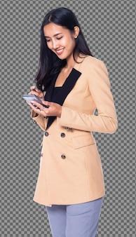 Фигурка в полный рост, азиатская бизнес-леди 20-х годов умная в желтом изолированном телефоне костюма блейзера. девушка с загорелой кожей и длинными прямыми черными волосами проверяет работу в социальных сетях на смартфоне