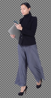 전체 길이 40대 50대 아시아 lgbtqia+ 여성 흑발 정장 바지와 신발, 걸어다니는 전화. 여성은 스마트 폰, 노트북을 사용하고 격리된 흰색 배경 위에 확인을 향해 걸어갑니다.
