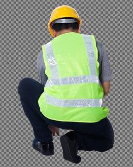 50〜60年代の全身図アジアの老人エンジニアビルダーは安全ベストのヘルメットハンマーを着用します。シニア男性が座って、白い背景の上のハンマーで釘を打つ分離、背面背面図