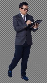 Полная длина 50-х 60-х годов азиатский пожилой мужчина, деловой костюм, брюки, очки, обувь, цифровой планшет, прогулка. старший менеджер использует цифровую планшетную социальную сеть и прогулочный вид сбоку на белом фоне изолированы