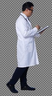 Во всю длину 60-х годов 50-х годов азиатский пожилой мужчина-врач носит цифровую планшетную диаграмму пациента, прогулку со стетоскопом. старший медицинский мужской лаборатории пальто ходить и смотреть на детали на белом фоне изолированные