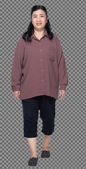60년대 70년대 노인 아시아 여성의 전체 길이는 보라색 셔츠, 걷고 뚱뚱하고 똑똑하고 고립되어 있습니다. 노인 할머니는 흰색 배경에 고립 된 방향으로 걷고 왼쪽 오른쪽보기를 돌립니다.