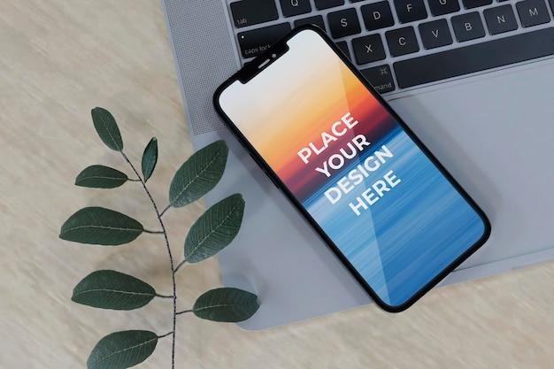 Полноэкранный дизайн-макет смартфона и ноутбука