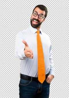 Забавный человек в очках