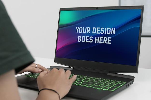テーブルモックアップのゲーミングノートパソコン