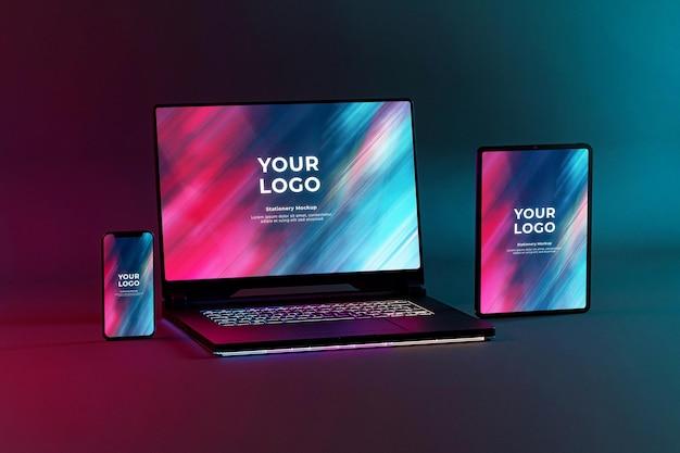 ゲーミングノートパソコンの携帯電話とタブレットのモックアップrgbledキーボード