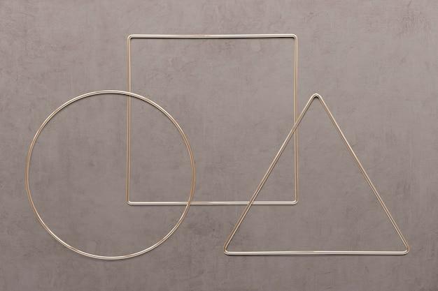 茶色のコンクリートテクスチャ背景の幾何学的な金フレーム