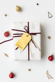 Подарочная коробка, обернутая бумагой с цветочным рисунком, с макетом бирки