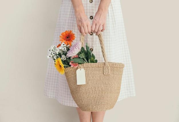 彼女のバッグに花束を運ぶ女の子