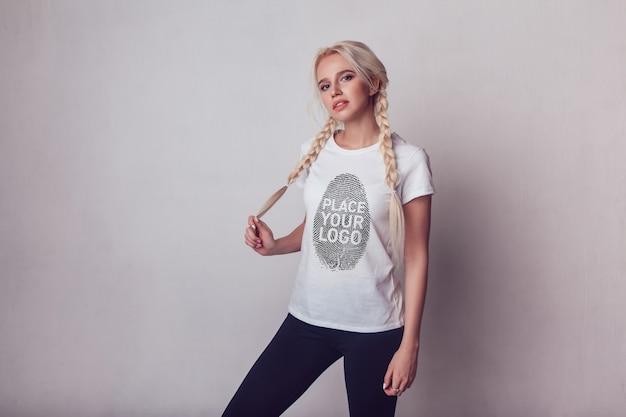 女の子のtシャツのモックアップ