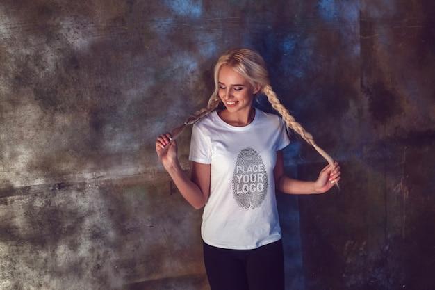 소녀 티셔츠 목업