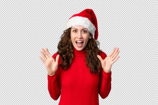 놀라운 표정으로 크리스마스 모자 소녀