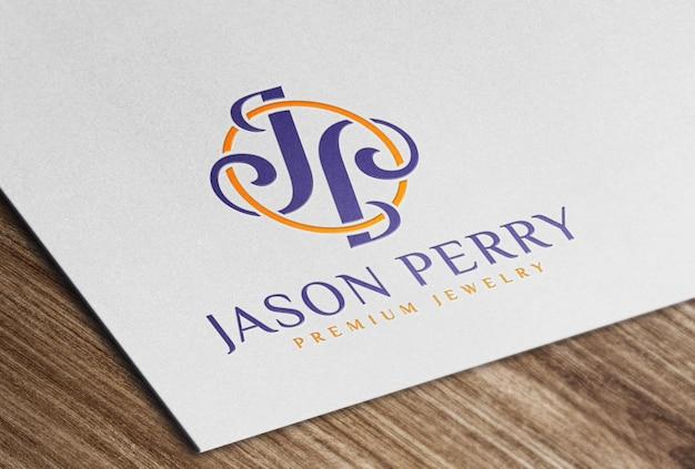 Мокап глянцевого цветного логотипа на белой бумажной карточке
