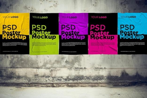 회색 grunge 벽에 접착 및 구겨진 포스터 모형