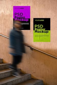 계단이있는 접착 및 구겨진 포스터 모형