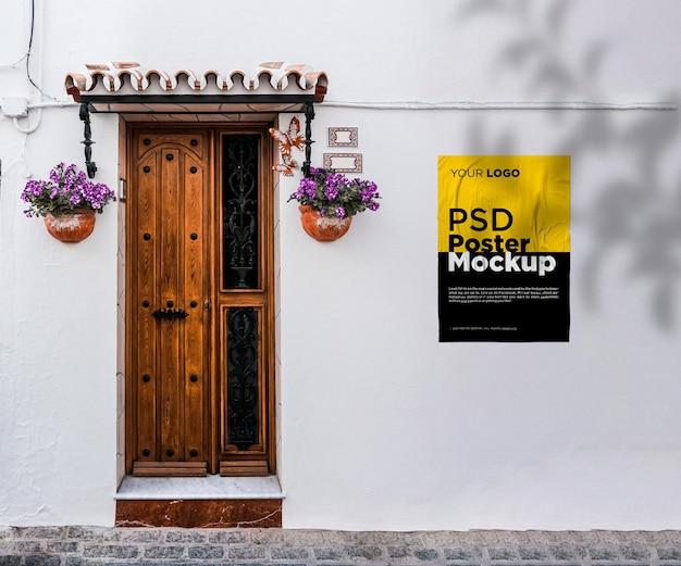 木製のドアが付いている接着し、しわくちゃのポスターのモックアップ