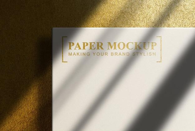 Золотой тисненый макет с золотым фоном сверху