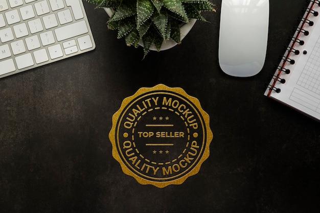 Макет журнала с золотой фольгой, плоский вид сверху, офисный стол, рабочее пространство с клавиатурой и растением