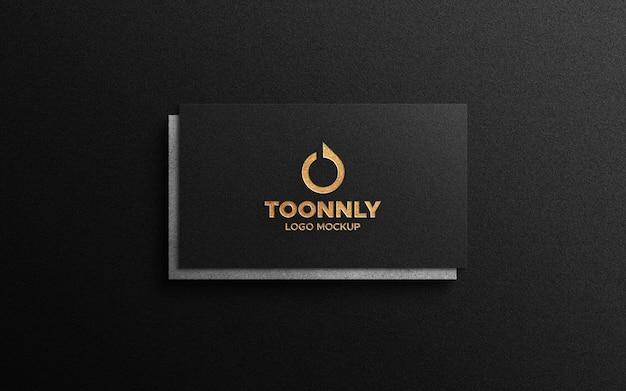 Мокап логотипа золотой фольги на визитной карточке
