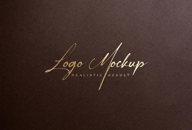 Мокап логотипа с тиснением золотой фольгой на коричневой бумаге