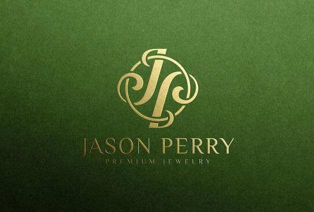 Мокап логотипа с тиснением золотой фольгой на зеленой бумаге