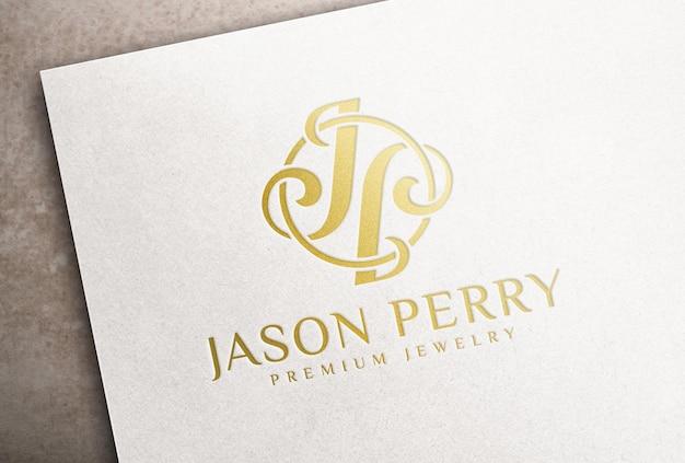 Мокап логотипа тиснения золотой фольгой на белой бумажной карточке